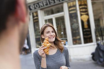 Frankreich, Paris, Porträt der jungen Frau, Croissant, Konditorei