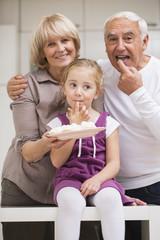 Paar mit Enkelin in der Küche