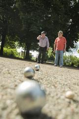 Zwei alte Freunde beim Boule im Park