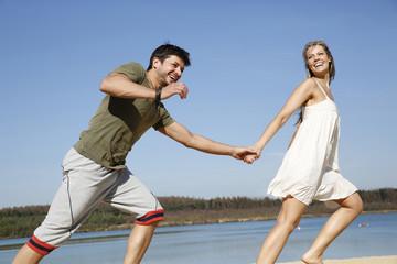 Deutschland, Haltern, Glückliches Paar läuft am Silbersee