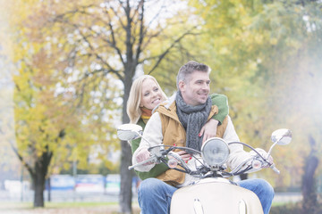 Polen, Warschau, Paar auf Motorroller