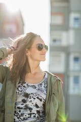 Portrait von Teenager-Mädchen mit Sonnenbrille