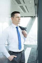 Zuversichtlicher Geschäftsmann auf Büroetage