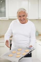 Mann präsentiert Kekse in der Küche