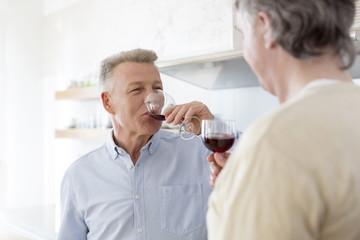 Zwei alte Freunde trinken Rotwein zu Hause
