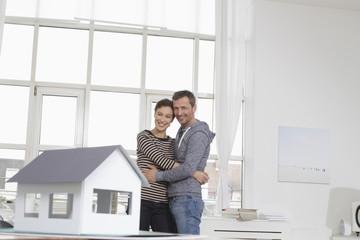 Paar zu Hause mit Modellhaus