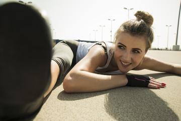 Junge Frau macht Gymnastik im Freien