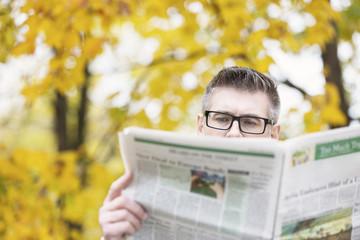 Polen, Warschau, Mann liest Zeitung