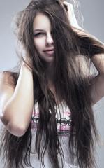 молодая девушка с растрепанными волосами