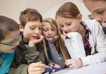 Österreich, Gruppe von Kindern die gemeinsam lernen