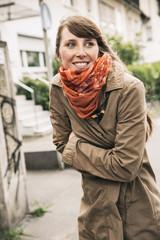 Frau friertund trägt Schal