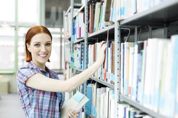 Studenten in einer Universitätsbibliothek