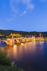 Deutschland, Baden-Württemberg, Heidelberg, Blick auf Altstadt, Alte Brücke, die Kirche des Heiligen Geistes und das Heidelberger Schloss in den Abend