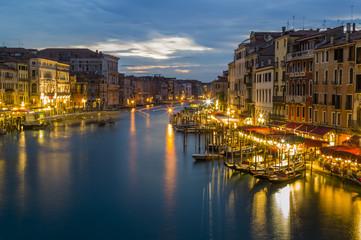 Italien, Venedig, Canale Grande in der Dämmerung