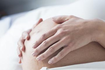Hände und schwangerer Bauch