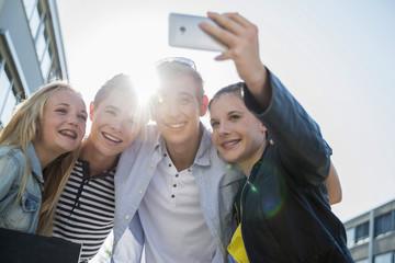 Freunde, die ein Selfie im Freien schiessen
