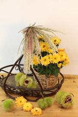herbstliches Stilleben mit Blumen, Gräsern & Kastanien