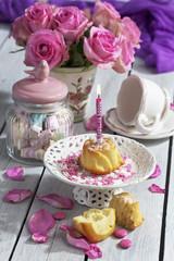 Muffin mit Geburtstagskerze beleuchtet, Glas Marshmallows