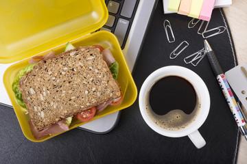 Arbeitsplatz mit Lunchbox und eine Tasse Kaffee