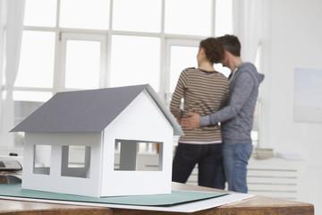 Modell-Haus und Paar