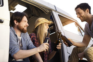 Glückliche Freunde feiern am Minivan