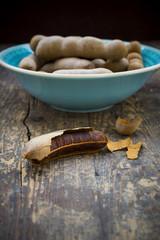 Schüssel Tamarinden (Tamarindus indica) auf Holztisch