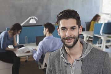 Lächelnder Mann in einem GroßGroßraumbüro