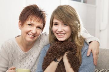 Deutschland, Berlin, Mutter und Tochter zu Hause