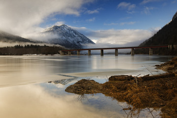 Deutschland, Bayern, Lenggries, Bad Tölz Wolfratshausen, Brücke über gefrorene Sylvensteinstaudamm