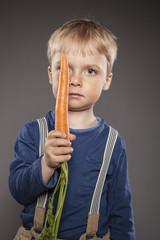Kleiner Junge, mit Karotte