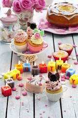 Muffins, Geburtstagskuchen, Cup Cakes, Rosen, beleuchtete Geburtstagskerzen