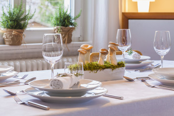 Festliche gedeckten Tisch mit Dekoration, Teilansicht