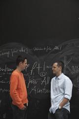 Zwei Männer vor Tafel