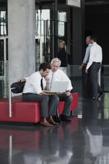 Zwei Geschäftsleute mit Laptop im Büro