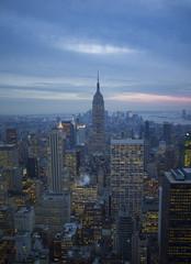 USA, New York, Manhattan, Blick auf beleuchtete Skyline bei Abenddämmerung