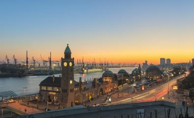 Deutschland, Hamburg, Hamburger Hafen und Landungsbrücken bei Sonnenuntergang