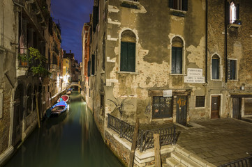 Italien, Venedig, Gasse in der Nacht