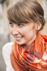 Lächelnde Frau mit Schal
