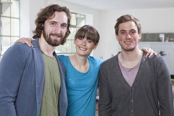 Gruppenbild von drei Kollegen in einem kreativen Büro