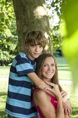 Deutschland, Berlin, Mutter mit Sohn im Park