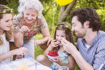 Familie genießt eine Schüssel mit Johannisbeeren