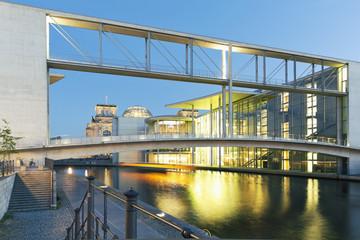 Deutschland, Berlin, Paul-Löbe-Bau und Marie-Elisabeth-Lüders-Gebäude in der Dämmerung