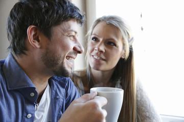 Deutschland, Haltern, glückliches Pärchen trinkt Kaffee