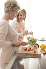 Zwei reife Frauen bereitet Salat zu Hause