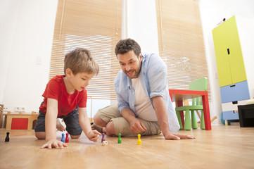 Vater und Sohn, die zusammen im Kindergarten spielen