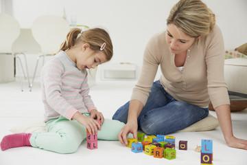 Deutschland, München, Mutter, die mit Tochter spielt