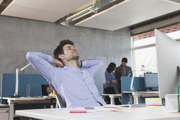 Portrait des Mannes, Entspannung an seinem Arbeitsplatz im Büro