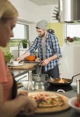Paar beim Kochen in der Küche zu Hause