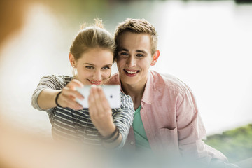 Jungs Paar macht Selfie