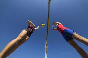Deutschland, Junge Frauen beim Beachvolleyball